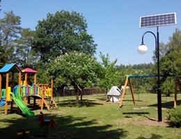Oświetlenie placu zabaw lampami solarnymi w Chodlu