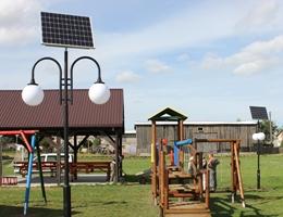 Podwójna lampa solarna Decor oświetlająca plac zabaw w Żychlinie